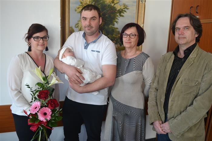 Kristýnka Moravcová s rodiči Veronikou a Františkem, místostarostkou Alenou Kukrechtovou a starostou Karlem Kratochvílem.